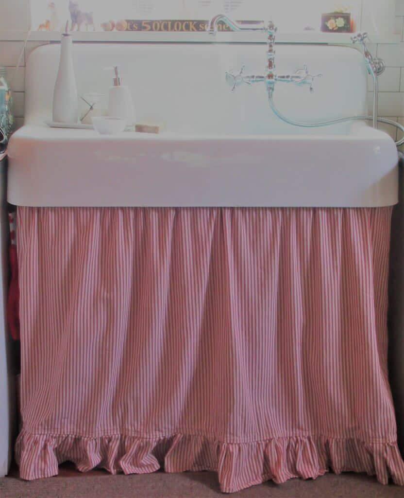 Farmhouse sink with curtain