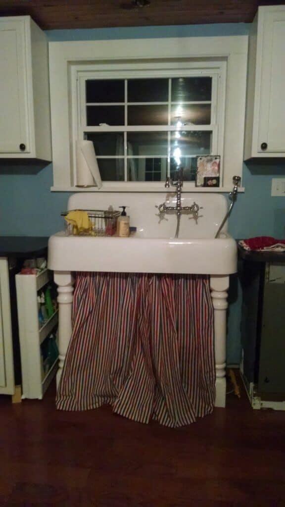 Kitchen sink with legs
