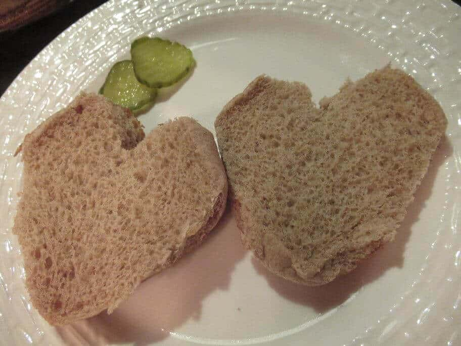 Heart-shaped hamburger bun